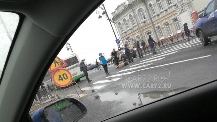 У тюменской набережной автобус сбил девушку, переходившую дорогу по «зебре»