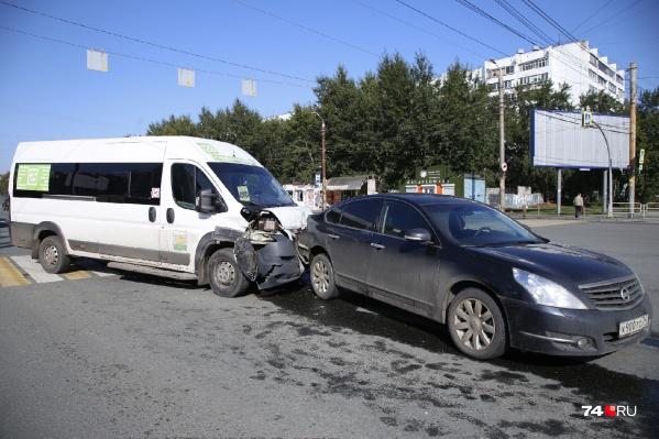 По предварительной информации, микроавтобус столкнулся сNissan при повороте с третьей полосы