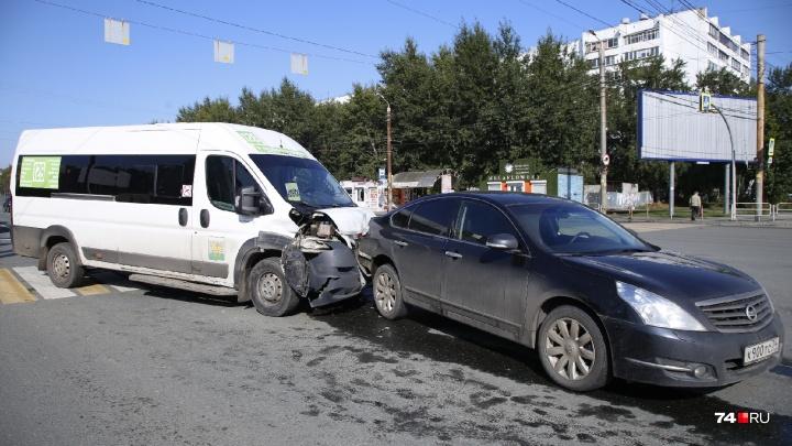 «Пассажирку увезли на скорой»: маршрутка на перекрёстке в Челябинске врезалась в легковушку