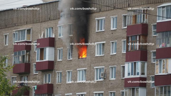 Дым столбом: в Уфе горит квартира возле ДК машиностроителей