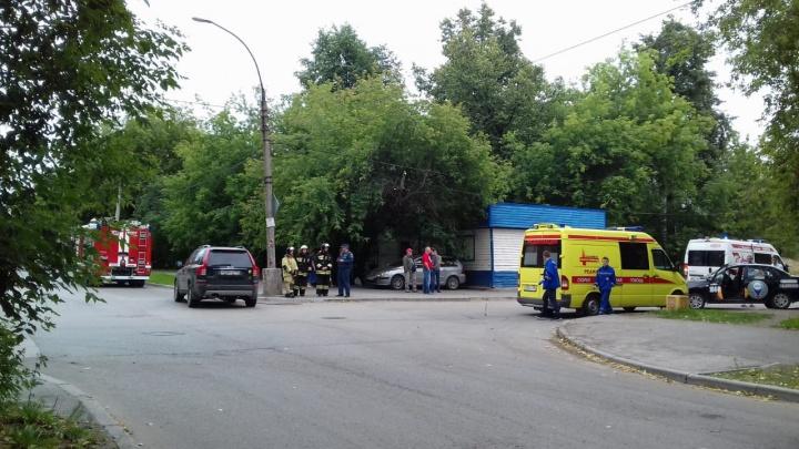 Проклятый перекресток: на Эльмаше случилась авария с такси, в котором ехала женщина с ребенком