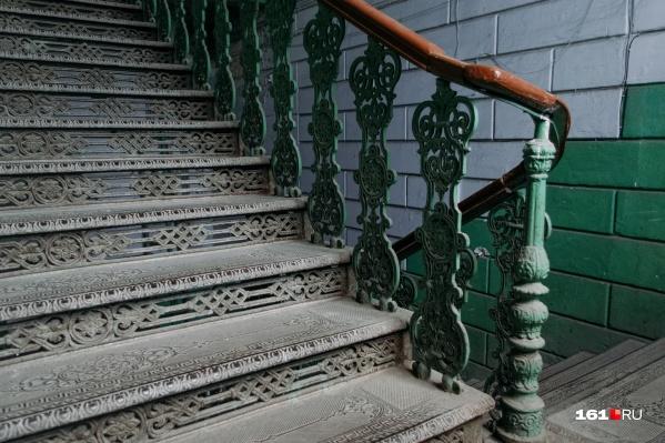 Чугунная лестница в доме на улице Обороны