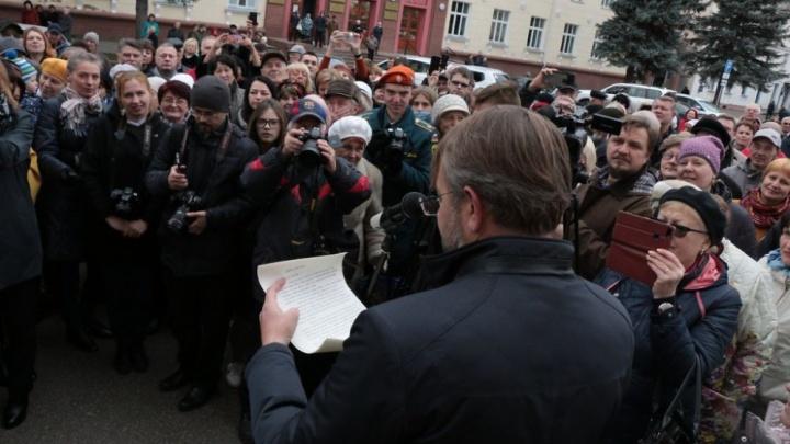 В Железногорске вскрыли капсулу с посланием из 1968 года