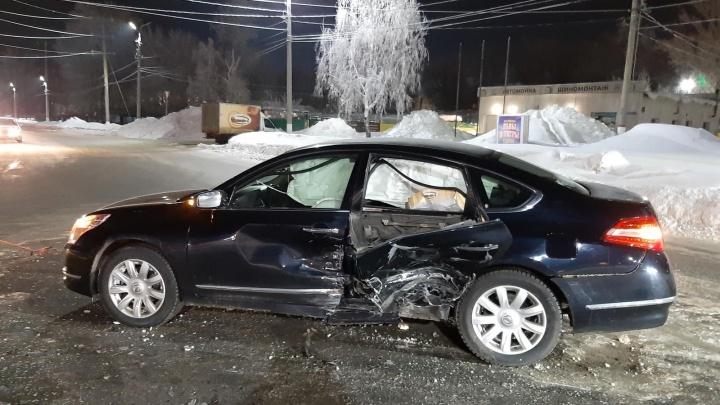 Пробил дверь насквозь: в Новокуйбышевске молодой водитель «Форда» протаранил «Ниссан»