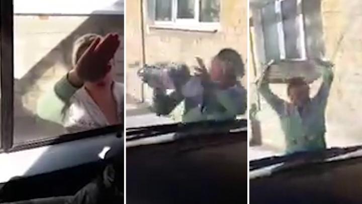 В Самарской области женщина напала на медиков скорой помощи с кулаками и булыжником