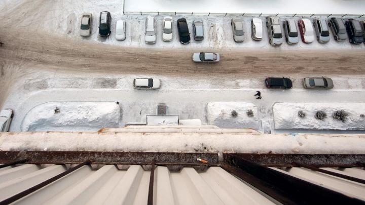 Новосибирец выпал из окна многоэтажки в Октябрьском районе
