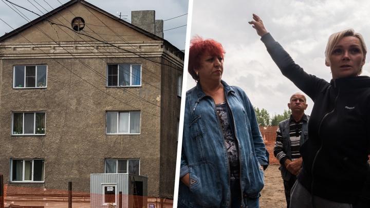 «Пойдём жить в мэрию»: целый дом расселили в школу — люди дежурят у здания и ждут, пока оно рухнет