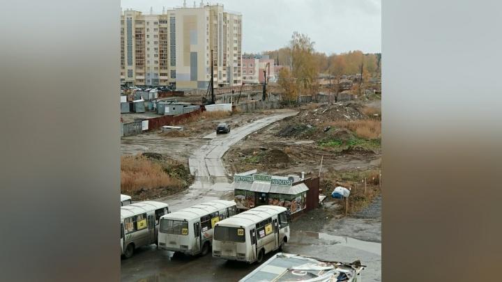 «Моют посуду в тазу, греются у костра»: маршрутчики обжились возле шаурмячной под окнами челябинцев