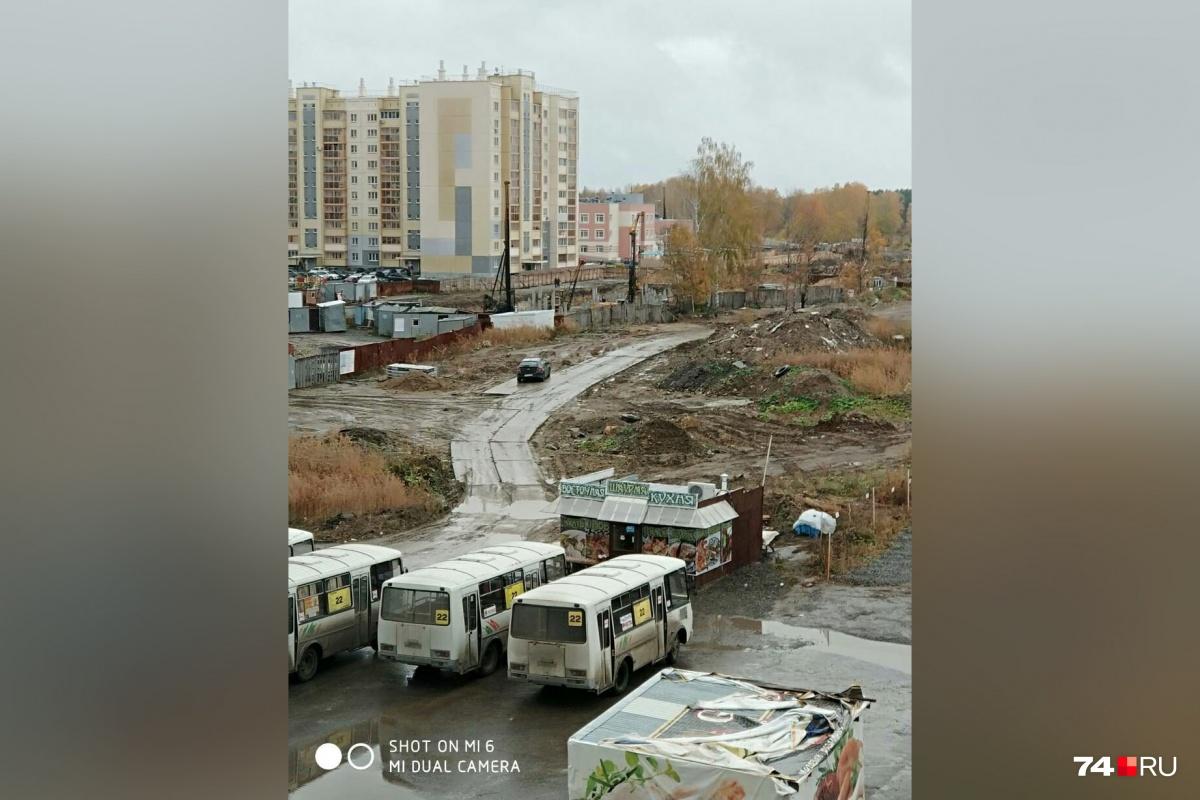 Маршрутные ПАЗы постоянно «отдыхают» под окнами дома на улице Александра Шмакова, 24