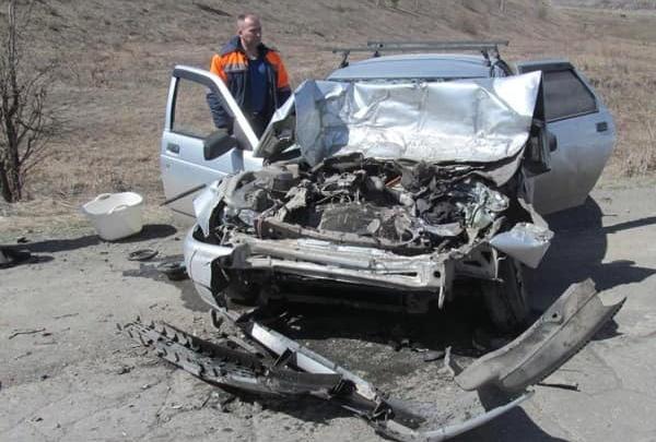 Смертельная остановка: в Башкирии автомобиль на полной скорости въехал в маршрутку