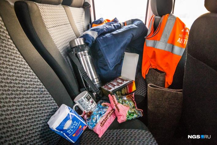 В пунктах обогрева для водителей приготовлены тёплая одежда, провода для прикуривания автомобиля, трос, инструменты. Термосы с горячем чаем и конфетками тоже прилагаются