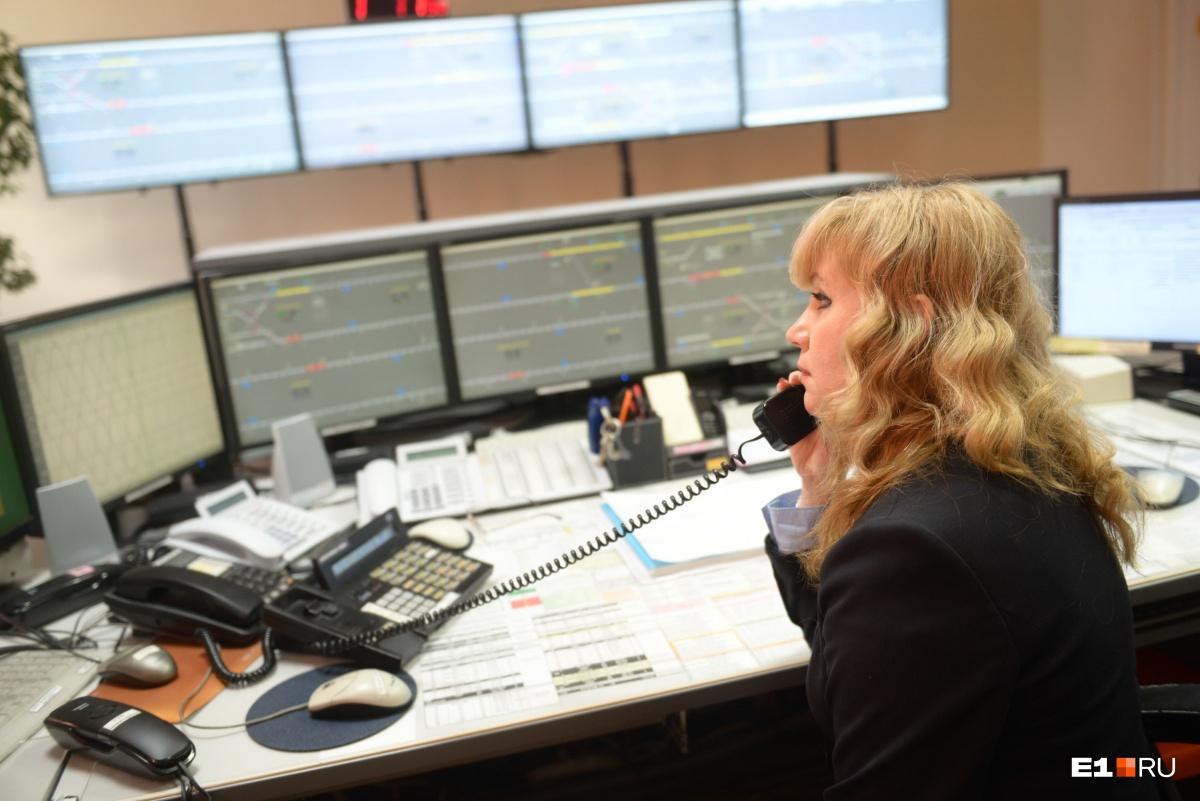 Поездной диспетчер Ольга Закорюкина следит за графиком всех поездов, которые находятся на линии. Она же принимает решения, когда возникают нештатные ситуации
