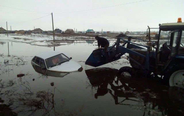 Первые жертвы «большой воды»: в Башкирии под воду ушла машина