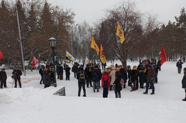 К началу митинга, по подсчётам участников, пришло около 50 человек