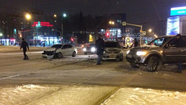 «Транспорт встал»: две массовые аварии парализовали движение в Ярославле