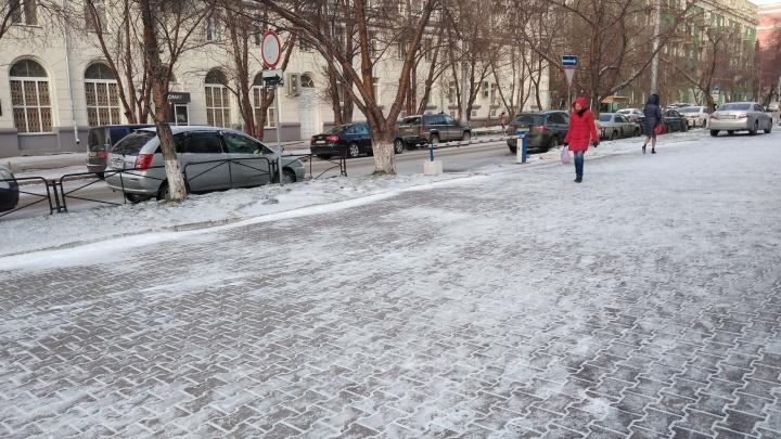 Шагайте осторожнее: новосибирские тротуары превратились в каток