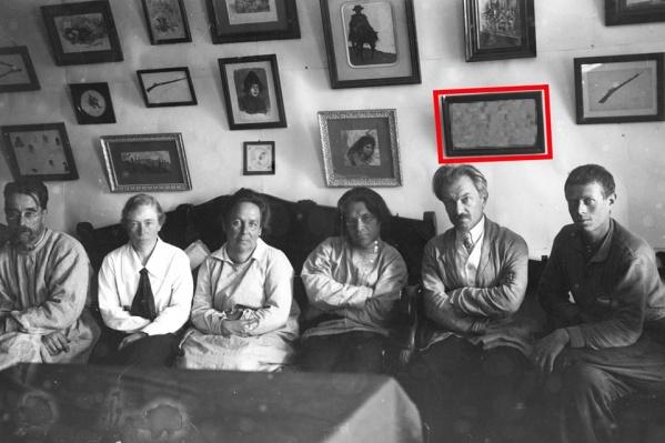 Сохранились фотографии с выставки художника, где запечатлен найденный рисунок