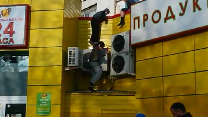 Юный паркурщик в Уфе застрял на крыше магазина