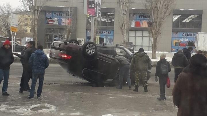«Его жестко подрезали»: в Волгограде на замерзшей дороге перевернулась дорогая иномарка