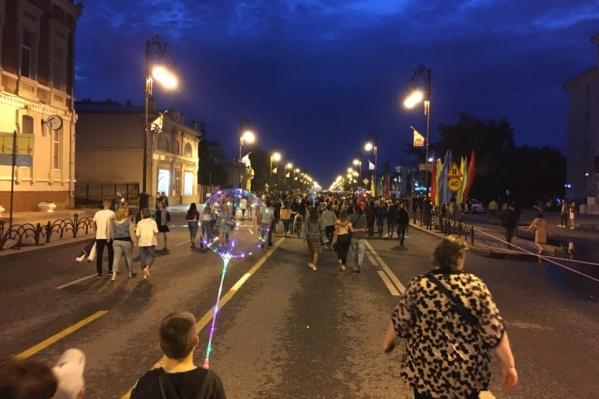 Толпы людей идут в сторону набережной, чтобы посмотреть фейерверк