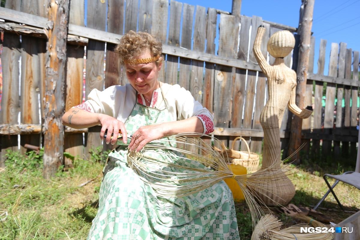 На фестивале «МИР Сибири» можно обучиться редкому ремеслу, например плетению корзин, фигурок и прочих вещей