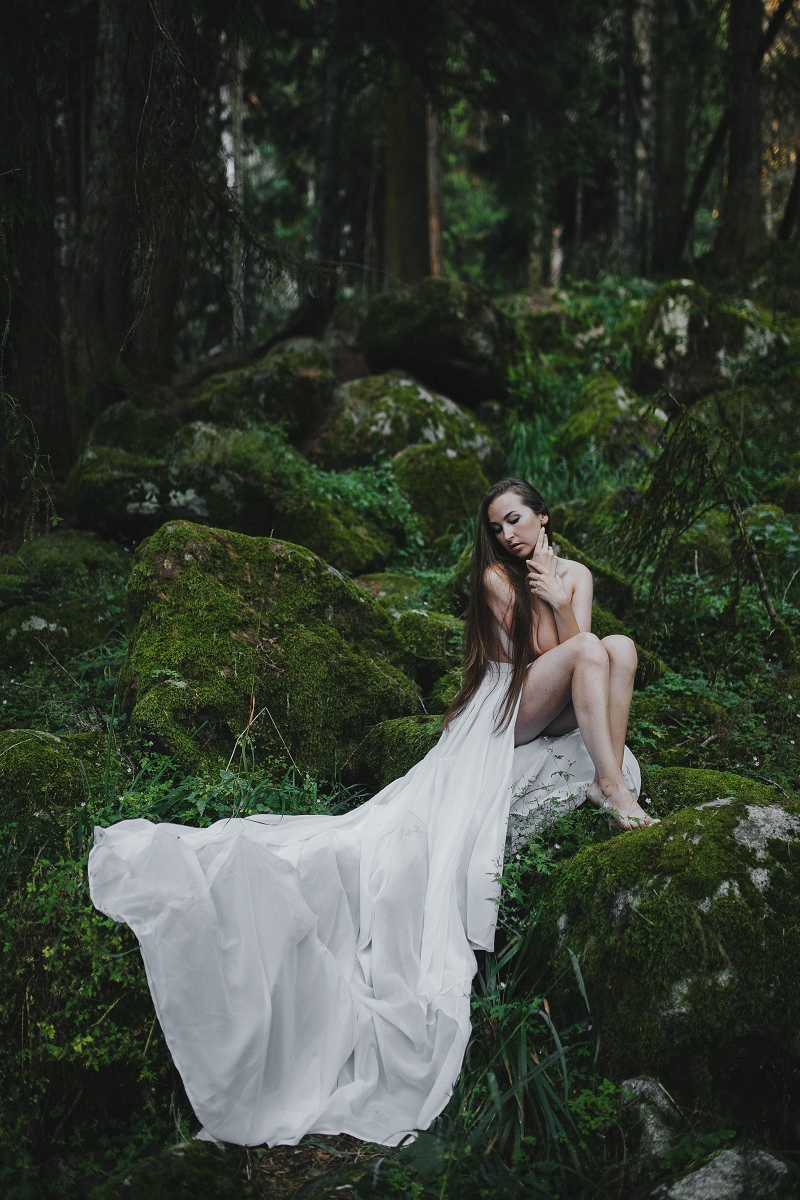 Жена фотографа Марина решила, что в лесу должна сниматься именно так — полуобнаженной
