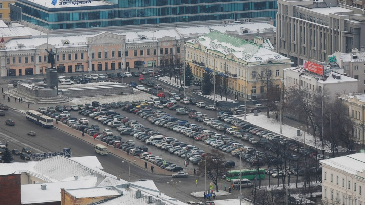 В ноябре парковку на площади 1905 годазакроют из-за строительства ледового городка