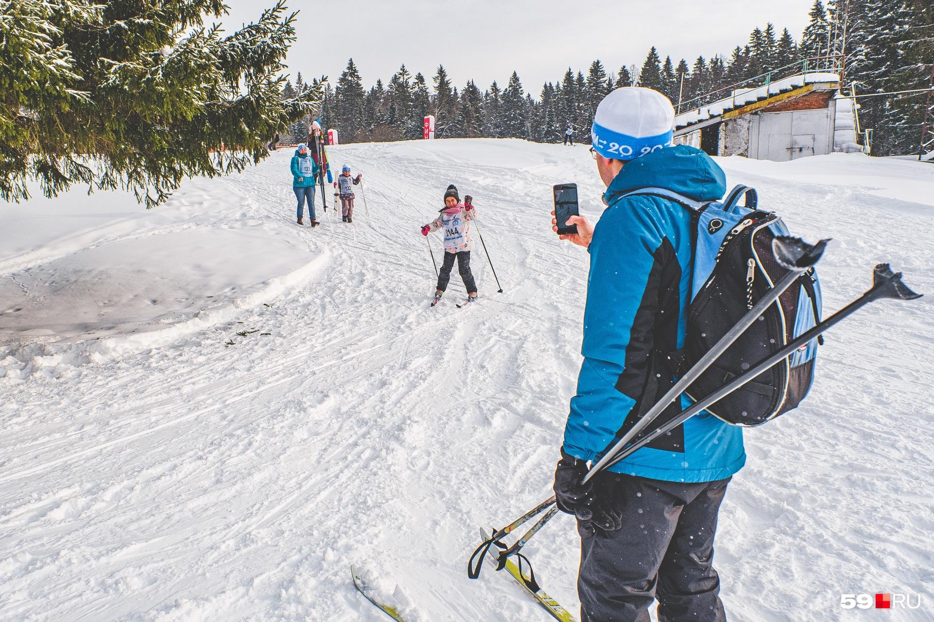 Отлично выглядишь на лыжах, малышка!