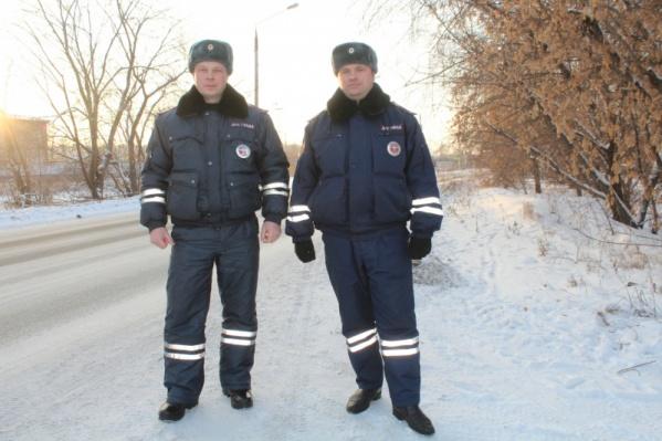 Инспекторы Вячеслав Хритоненко и Евгений Самойленко помогли водителю на трассе