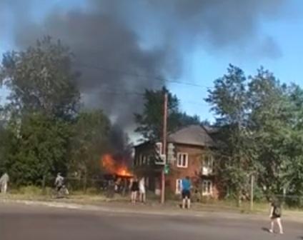 В Красноярске выгорел двор из-за шалости детей с тополиным пухом