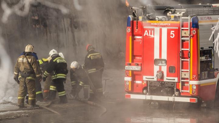 Четыре человека отравились угарным газом на пожаре в Заельцовском районе