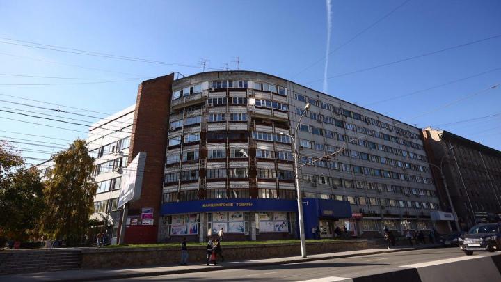 «Салют» бездомным: оборонное предприятие решило выселить бывших сотрудников из квартир