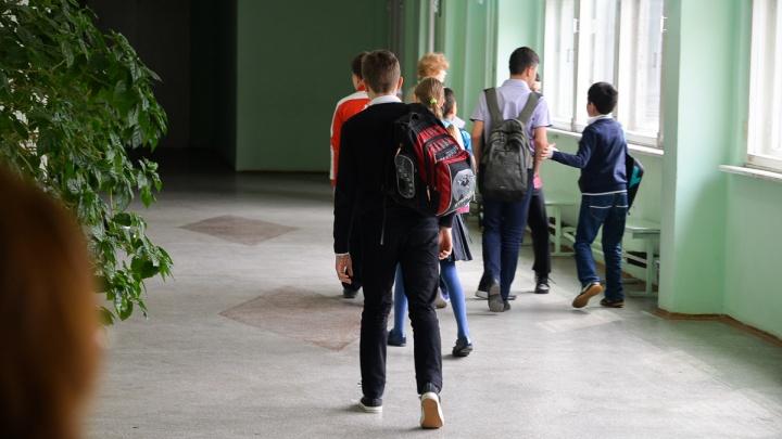 «Охранник орал, не давал пройти к сыну». В Екатеринбурге родителям запретили входить в школу