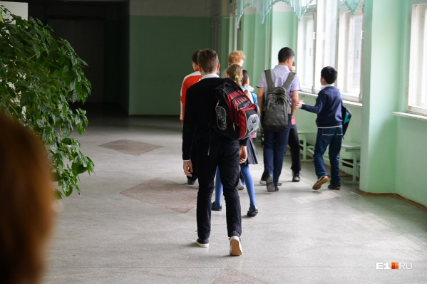 Мама первоклашки Элеонора Невмержицкая хотела проводить своего сына до гардероба, но охрана ее остановила