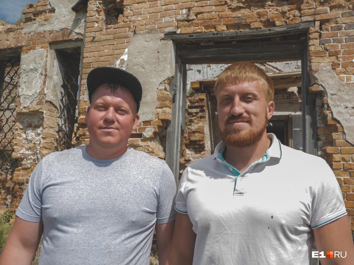 Андрей (слева) и Александр (справа) Новоселовы возглавили строительные работы в селе