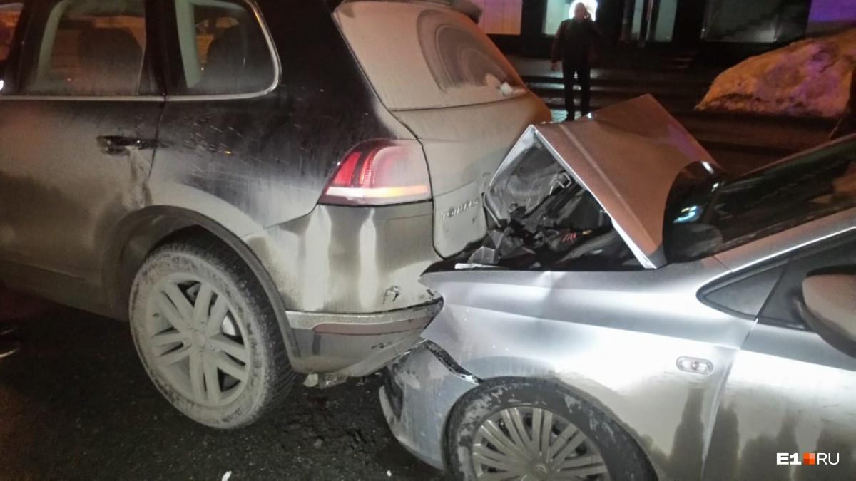А Volkswagen Polo пострадал с обеих сторон
