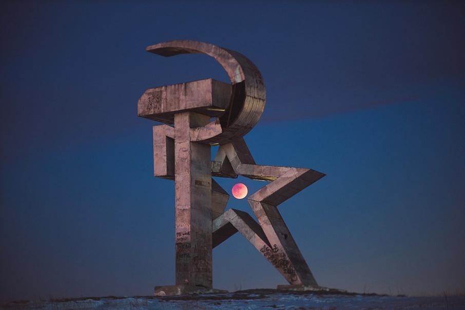 Луна в рамке из советского памятника понравилась нашим читателям больше всего