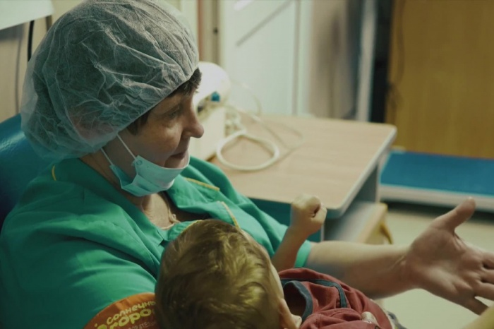Профессиональные больничные няни дают тепло и заботу детям, у которых нет мам