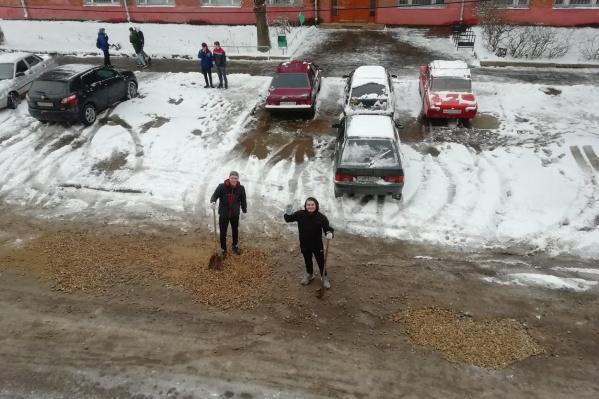 Студенты и преподаватели сами закидали ямы гравием