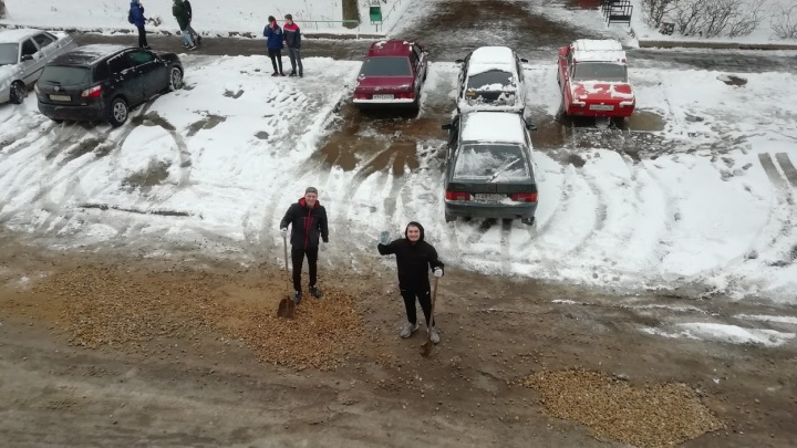 Не дождавшись помощи властей, преподаватели и студенты в Ярославле отремонтировали дорогу к вузу