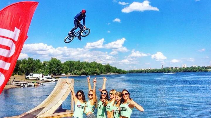Экстремалы прыгали с трамплина в Енисей на велосипедах