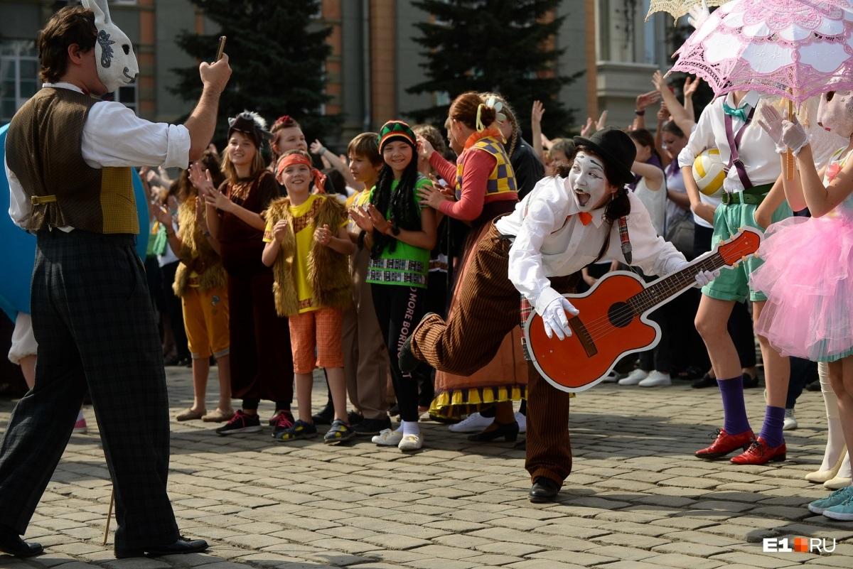 В этом году центр Екатеринбурга  заполнили мимы, кукольники и двухметровые люди