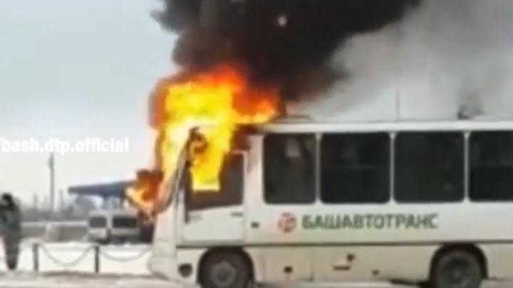 На автовокзале в Башкирии сгорел автобус «Башавтотранса», очевидцы сняли видео