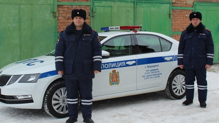 Водитель без прав подсунул 5 тысяч в шапку инспектору и был пойман