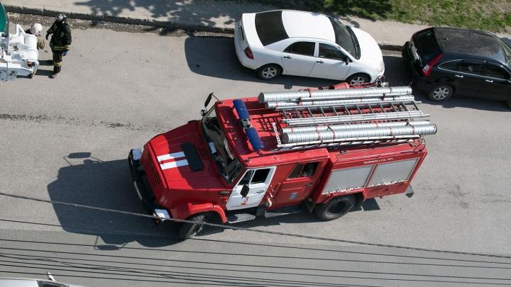 Пожарные вынесли из горящего дома на Громова жителя, отравившегося угарным газом