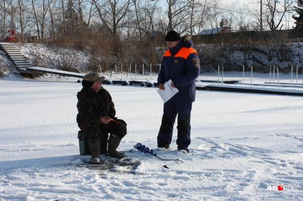 Спасатели просят рыбаков быть очень осторожными при выходе на лед и соблюдать технику безопасности