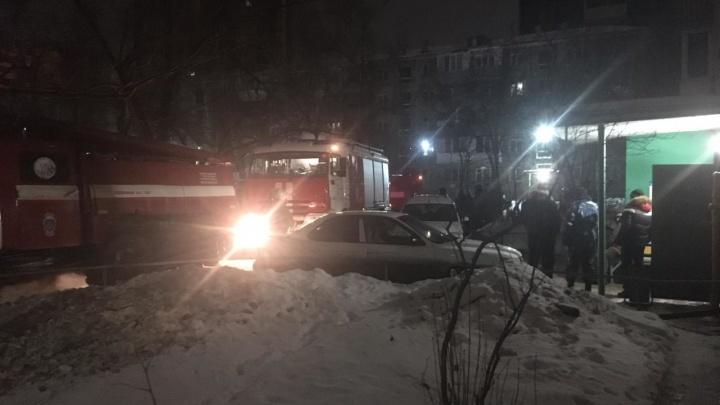 Из горящей квартиры в омской девятиэтажке вытащили женщину. Ещё двое погибли