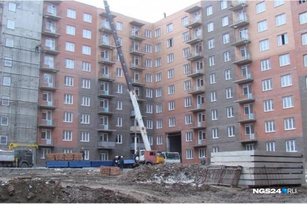 В одном из домов завершают монтаж окон и стен, во втором работы пока дошли до 7-го этажа