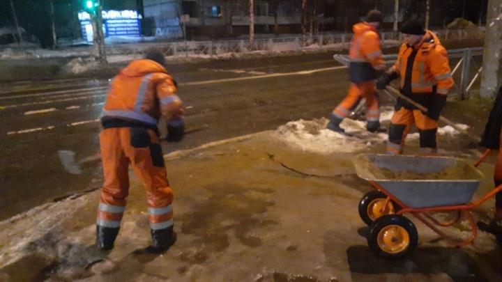 Ликвидация гололеда: какие улицы в Архангельске чистят от снега и посыпают песком