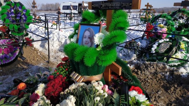 «Говорил, чтоб мы готовились к похоронам»: родные простились с беременной омичкой, которую убил сожитель